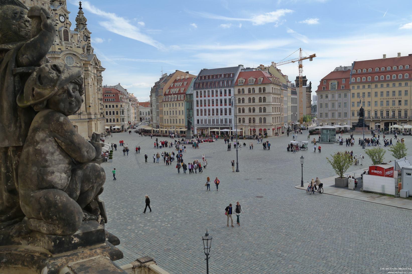 Dresden: Figur am Verkehrshistorischen Museum mit Neumarkt