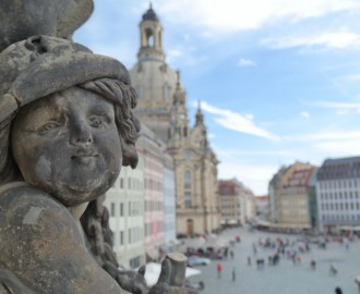 Dresden: Figur am Verkehrshistorischen Museum mit Frauenkirche