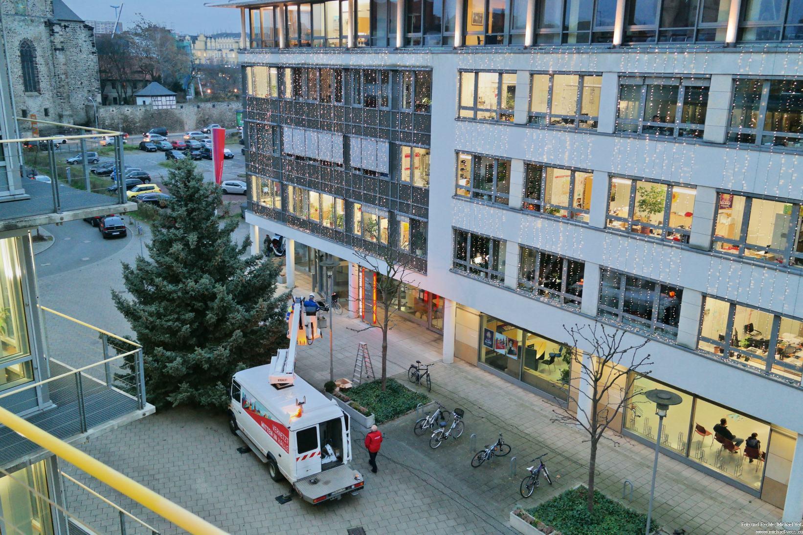 Halle: Der Weihnachtsbaum vor den Stadtwerken steht. Jetzt kommt der Weihnachtsschmuck dran.