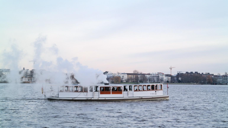 Dampfer auf Außenalster in Hamburg
