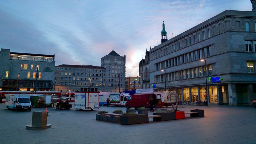 Halle: Markt mit Kaufhof, Stadthaus und Thalia-Buchhandlung